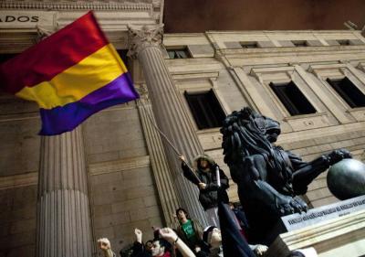 20111224165549-tricolor-republicana-ondeando-junto-a-los-leones-del-congreso.jpg