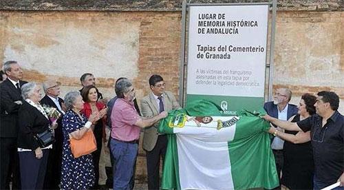 20130718110832-la-tapia-del-cementerio-de-granada-lugar-de-la-memoria.jpg